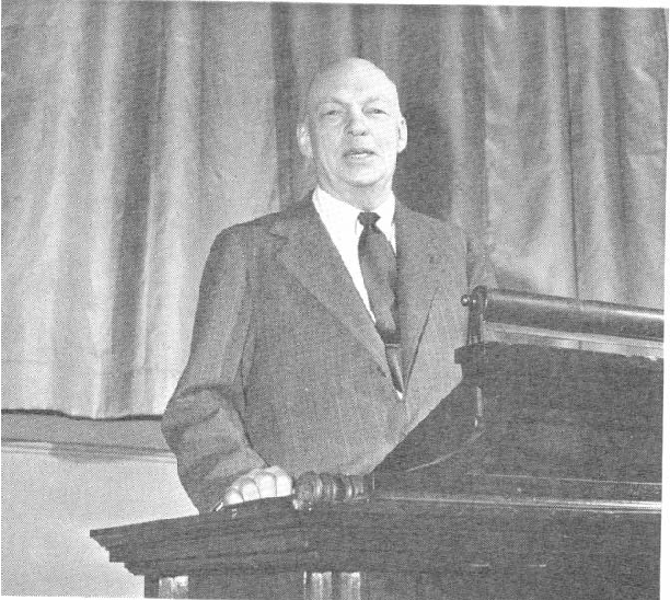Fig. 5. Armstrong, in 1947, delivering a paper before the American Institute of Electrical Engineers. Armstrong strikes a pose familiar to the engineering fraternity for nearly half a century. (IEEE History Center, Piscataway, NJ).